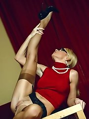 Drank sexy blonde spreads the legs in classy vintage stockings
